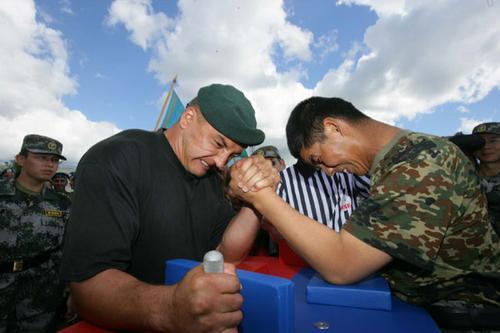 两名参演官兵进行掰手腕比赛