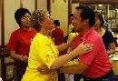 图文:奥运家庭游北京 拥抱相庆