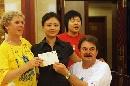 图文:奥运家庭游北京 接过珍贵的首日封