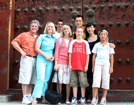 图文:奥运家庭游北京 斑驳城门让大家流连忘返