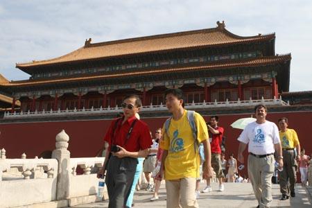 图文:奥运家庭游北京 漫步在巍峨的宫殿前