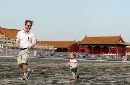 图文:奥运家庭游北京 父女两个故宫玩得很开心