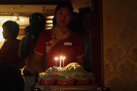 图文:奥运家庭游北京 生日蛋糕缓缓推入房间