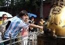 图文:奥运家庭游北京 对铜狮子产生了浓厚兴趣