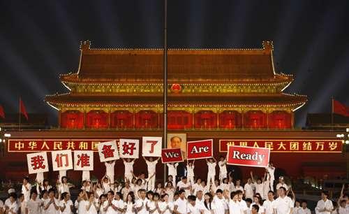 百名歌手一起演唱北京奥运会倒计时一周年主题歌《我们准备好了》。(路透社图片)