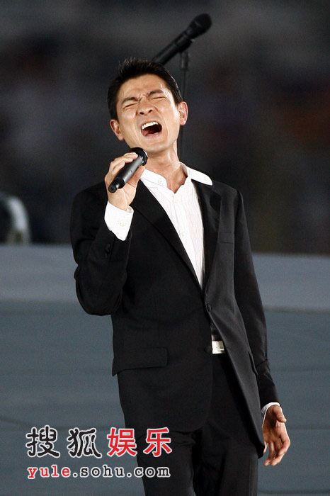 图:奥运倒计时晚会现场 刘德华激情献唱