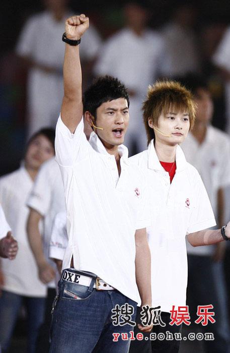 图:奥运倒计时晚会现场 黄晓明李宇春