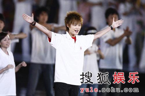 图:奥运倒计时晚会现场 李宇春献唱