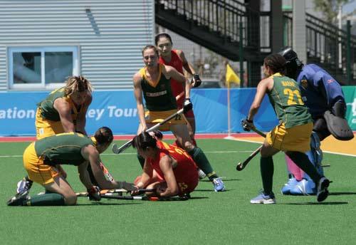 图文:[曲棍球]中国女曲3-0南非 遭对手围堵