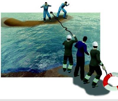 救援人员在鱼线上绑上石块,用力抛出去,正好落在草滩上