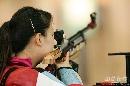 图文:中国射击队选拔赛 武柳希准备射击