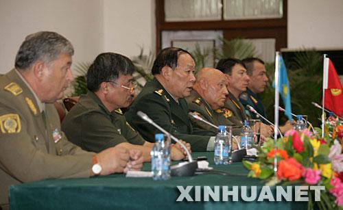 8月9日,上合组织成员国武装力量总参谋长举行记者招待会,六国总参谋长共同会见记者。 新华社记者 王建民 摄