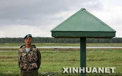一名哈萨克斯坦士兵站岗值勤