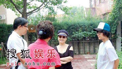 余柄翰和周妈妈与李谷一交谈