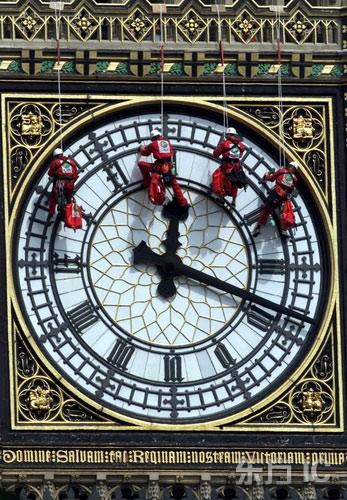 英国伦敦,一队工人正在清洗大笨钟的表面部分。