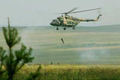 8月6日,在俄罗斯车里雅宾斯克举行的实兵合练中,参演部队特战队员实施机降。新华社记者李刚摄