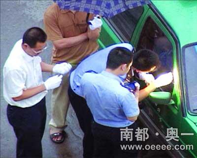 警方正在出事出租车上提取指纹。陈海生/摄