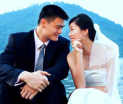 图为姚明在婚礼当天公布的二人婚纱照