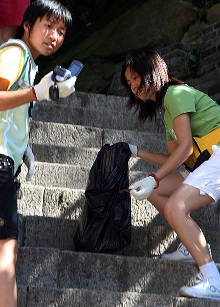 图文:奥运家庭10强游北京 捡的认真