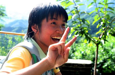 图文:奥运家庭10强游北京 摆出胜利手势