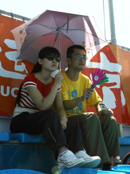 图文:奥运家庭10强游北京 甜蜜的助威