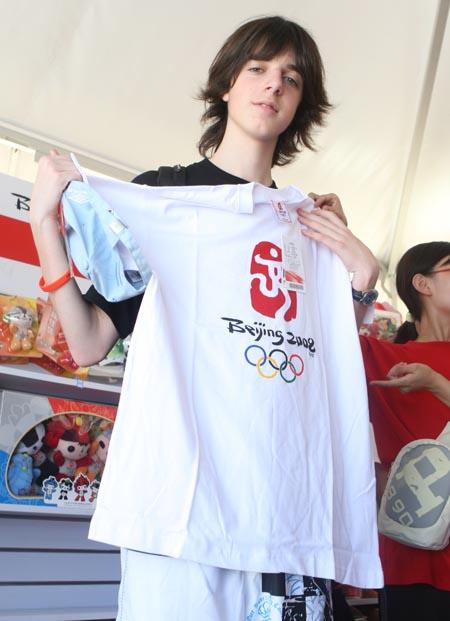 图文:奥运家庭10强游北京 阿根廷男孩秀新衣