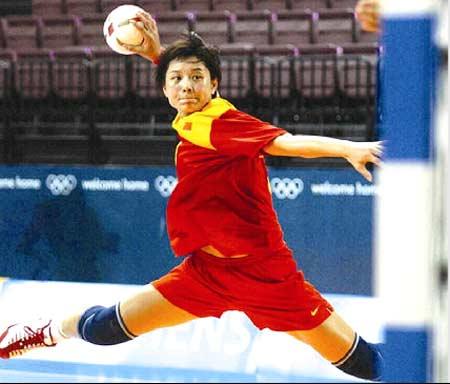 图为国家女子手球队队员比赛场景。