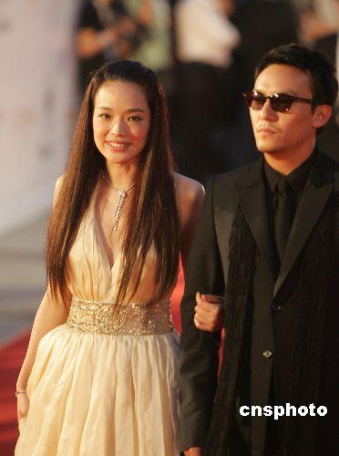 六月十六日,第十届上海国际电影节开幕式在上海大剧院举行,香港影星舒琪和台湾艺人张震走上红地毯(资料图)