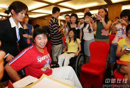 组图:众明星出席奥运之星保障基金慈善拍卖会 原举重运动员艾冬梅
