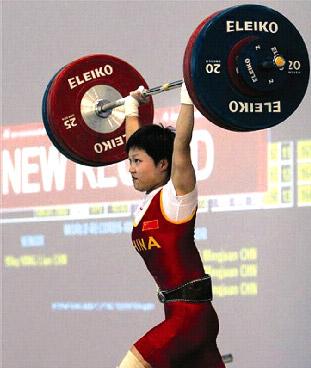 图为国家女子举重队员杨炼。