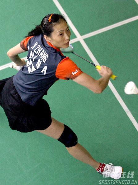 图文:[羽毛球]国手备战世锦赛 张宁反身回球