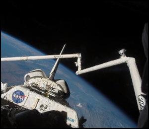 任务专家戴夫威廉斯和摩根联同马斯特拉基奥为航天飞机后半部分进行