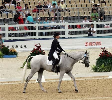 图文:奥运马术香港测试赛 德国女骑士安娜赛中