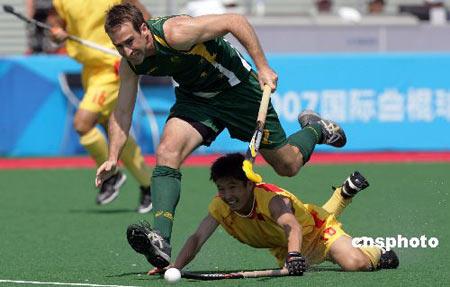 图文:奥运曲棍球测试赛 澳大利亚突破中国防守