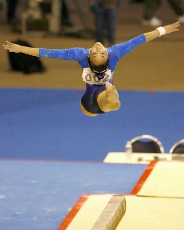 图文:大运会体操女子全能决赛 平衡木竞争激烈