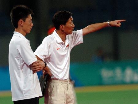 图文:国际曲棍球邀请赛 中国0比3负金昶伯满意