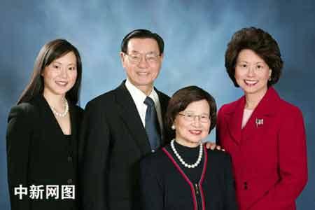 这是赵小兰(右一)被任命为劳工部长之后与其父(赵锡成博士)母(赵朱木兰女士)妹妹安吉拉·赵(左一)的合影。(由赵小兰 提供)