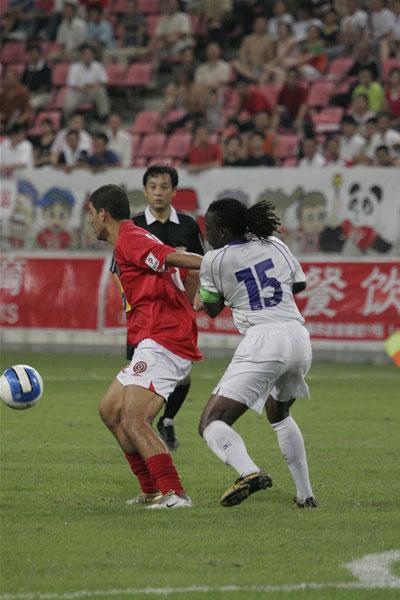 图文:[中甲]成都1-1南昌 成都球员护球