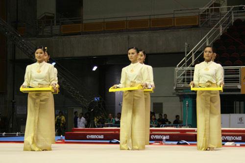 组图:大运会平衡木决赛 礼仪小姐准备就绪