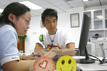 在志愿者帮助下报名