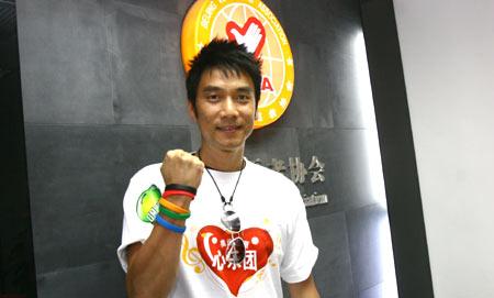 图文:林依轮报名奥运志愿者 展示'微笑圈'