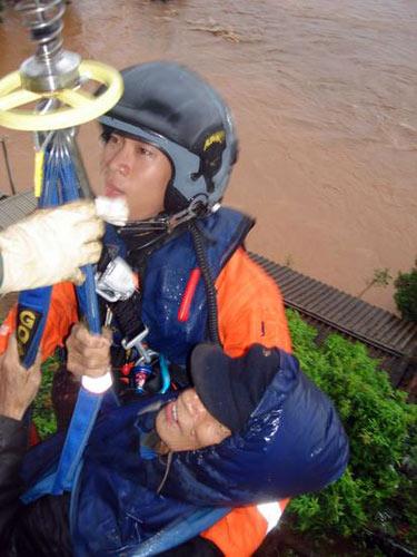飞行队救生员救起一名被困老人