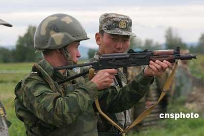 俄罗斯士兵与中国军人交流射击体会