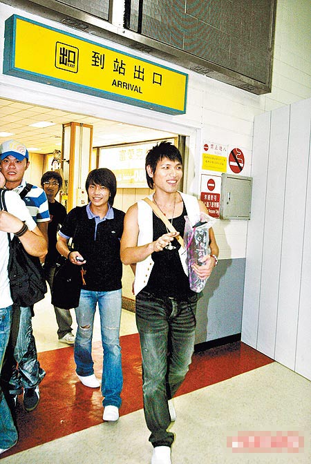 杨宗纬(右起)和星光帮许仁杰、安伯政踏出松山机场航厦,看到镜头笑得很开心