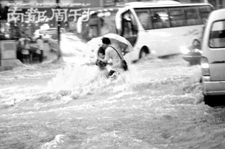 2007年7月18日17时左右,山东省济南市及其周边地区遭受特大暴雨袭击,造成低洼地区积水,人员财产损失严重。 CFP