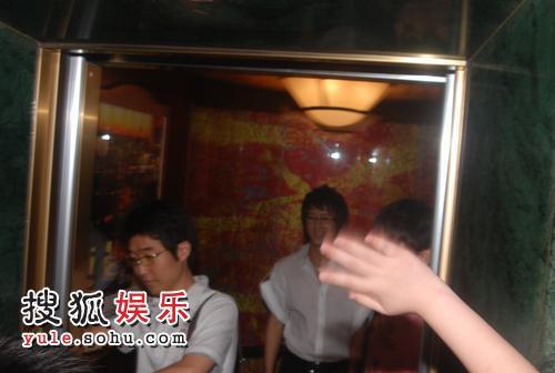 保安包围着韩庚从电梯闪人