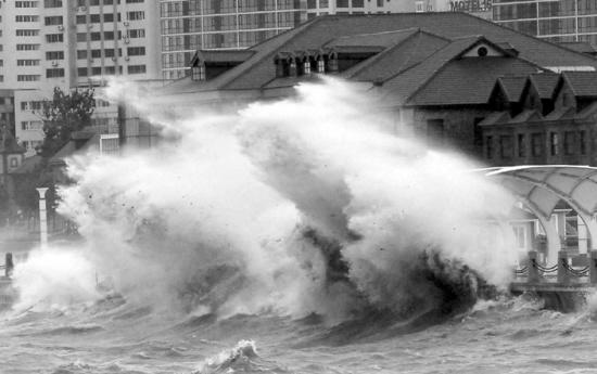 综合 沈阳日报    当日早晨,山东烟台出现大风暴雨天气,给市民的生活
