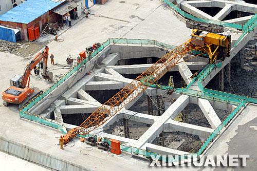 8月12日拍摄的上海地铁10号线工地吊车翻倒事故现场。