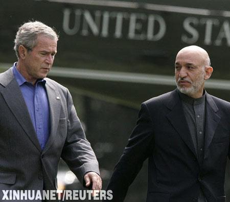 8月6日,在美国马里兰州戴维营,美国总统布什(左)与阿富汗总统卡尔扎伊准备召开联合新闻发布会。美国国家安全委员会发言人约翰德罗当日说,美国总统布什和阿富汗总统卡尔扎伊经过两天的会谈后一致认为,在解救被绑架的韩国人质问题上,不能向阿富汗塔利班绑架者做出让步。 新华社/路透