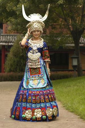 侗族女生服装手绘